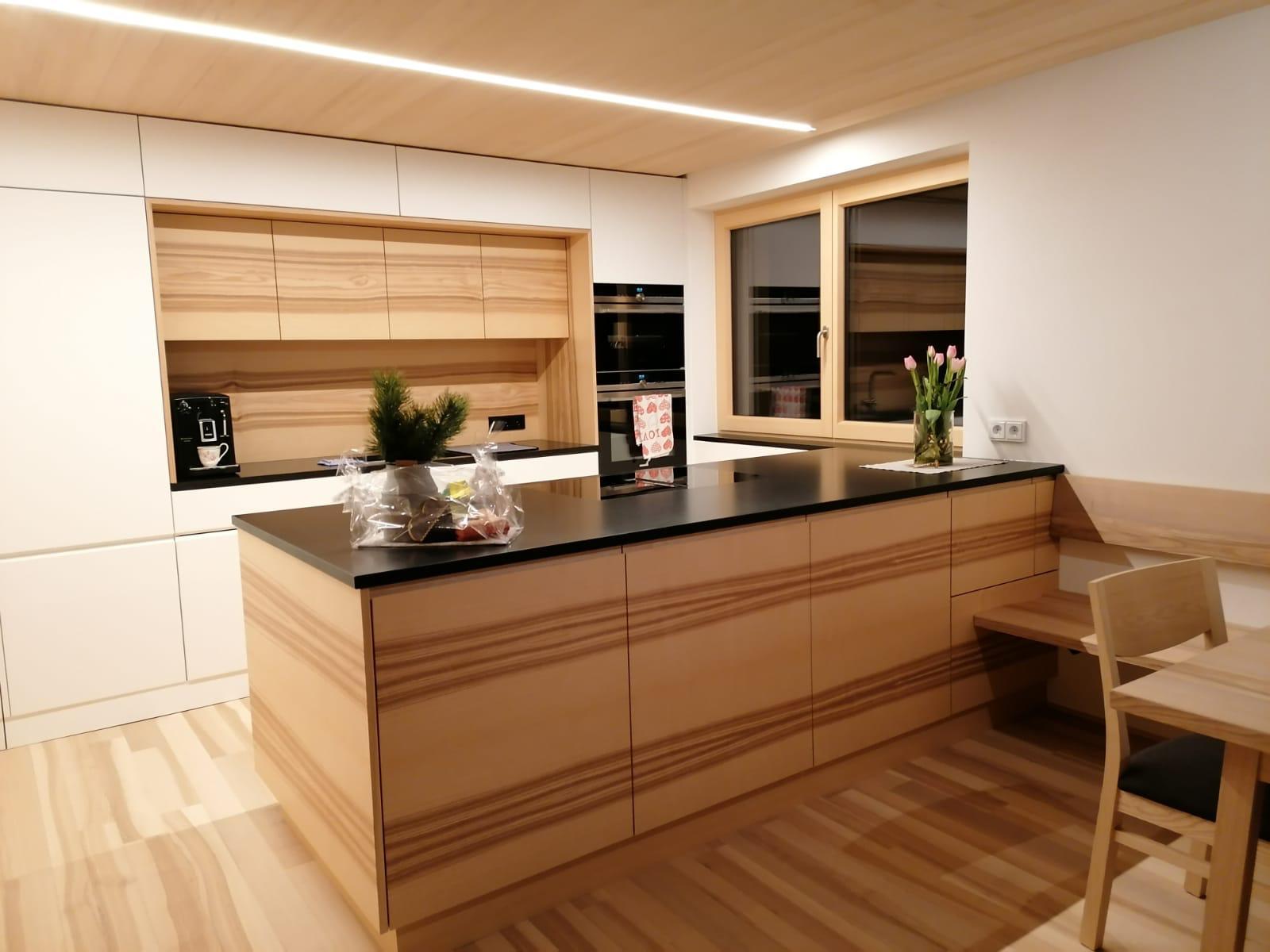 Küche weiß mit Kernesche